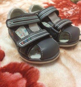 Сандали (новые) + кроссовки в подарок.