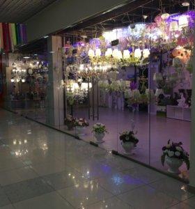 Люстры,бра,торшеры,искусственные цветы.