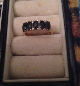 Золотое кольцо с сапфирами и бриллиантиками
