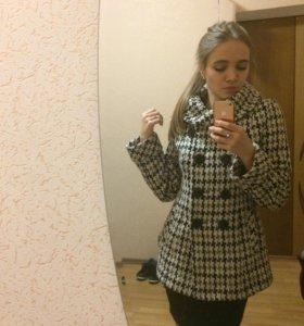 Стильное пальто на зиму с объёмным воротником