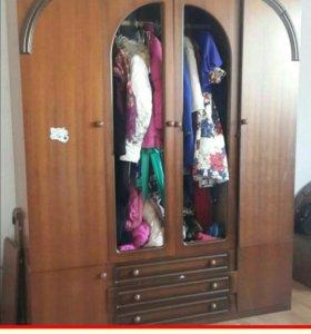 Спальне имеется зеркала от шкафа