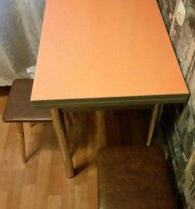 Кухонный стол с табуретами.