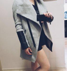 Пальто Bershka серое с кожаными вставками.