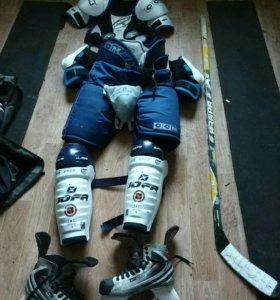 Продам хоккейную форму с коньками.