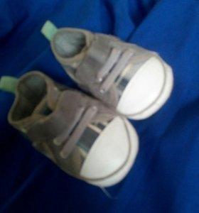Обувь мягкая на мальчика до 6 месяцев