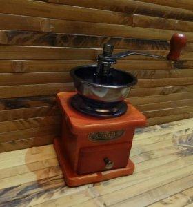 Новая кофемолка с деревянным основанием.