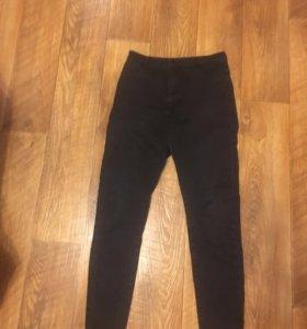 Чёрные джинсы скинни на высокой талии