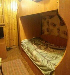 Кровать двух ярусная.