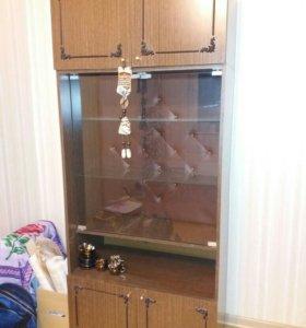 Шкаф со стеклянными дверцами.