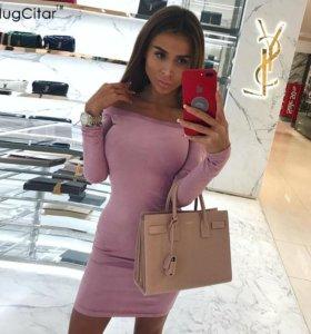 Замшевое розовое мини платье с открытыми плечами.