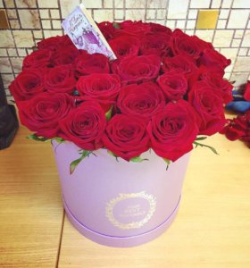 33 красные розы в сиреневой коробке спб