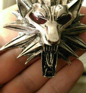 Ведьмачий медальон с красными глазами