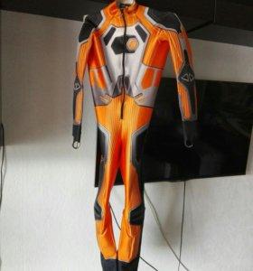 Горнолыжный спусковой костюм.