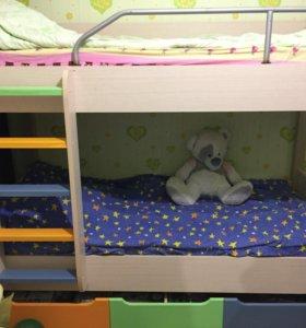 Шкаф,двухъярусная кровать с двумя матрацами