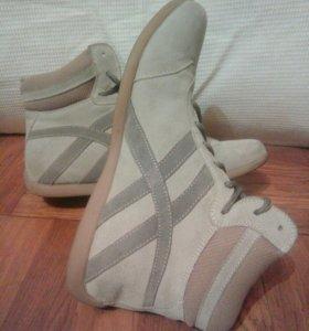 Замшевые кроссовки 39 р.