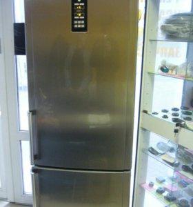 отличный холодильник Hotpoint Ariston