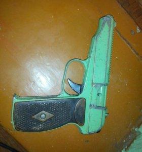 Металлический детский пистолет.
