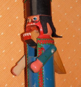 Старая деревянная игрушка-орехокол Щелкунчик