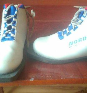 Лыжные ботинки 35размер.Были одеты три раза.