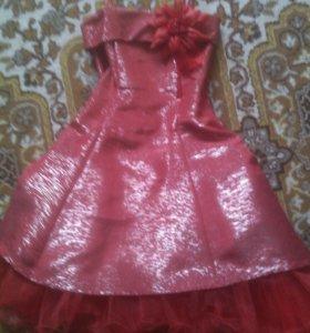 Красное пышное платье на лямках