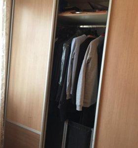 Шкаф купе, стол для компьютера, шкаф книжный.