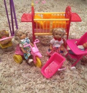 Маленькие куклы и мебель