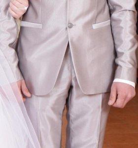 Костюм, рубашка и галстук.
