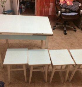 Стол кухонный с табуретками в хорошем состоянии