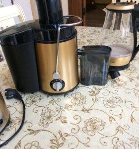 Соковыжималка , тостер и электрический чайник .