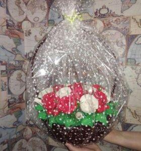 Корзина с конфетными цветами
