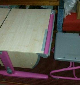 Стол-парта и стул регулируемые по высоте.