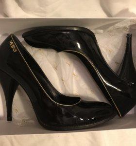 Черные лаковые туфли и Waggon Paris