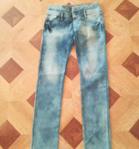 Продам новые джинсы, небольшой брак молнии нет.