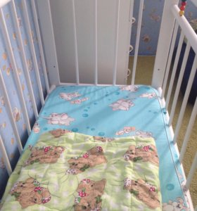 Детская кроватка с маятником, матрацем, бортиками