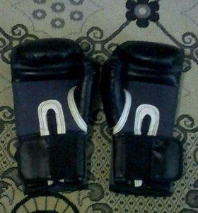 Боксёрские перчатки.