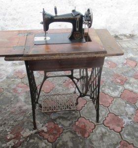 Старинная ножная швейная машина