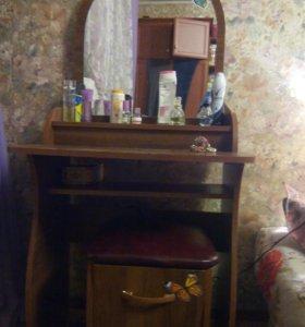 Туалетный столик + пуфик-ящичек