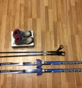 Лыжи с креплением, лыжные палки и ботинки.