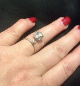 Серебряные кольцо с большими висячими фионитами