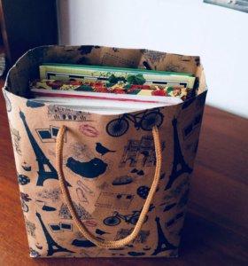 Пакет с энциклопедией и тетрадями