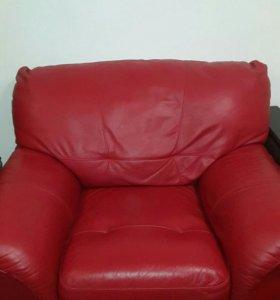 Продаю кожаный диван с креслом.