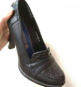 Череые туфли на каблуке