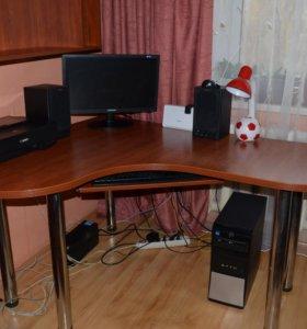 Компьютерный стол с новесной полкой