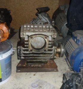 редуктора и электродвигатели в ассортименте