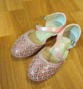 Продам нарядные туфельки принцессы !