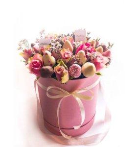 Шляпная коробка с цветами и клубникой в шоколаде