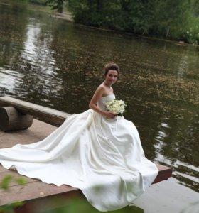 Счастливое свадебное платье со шлейфом