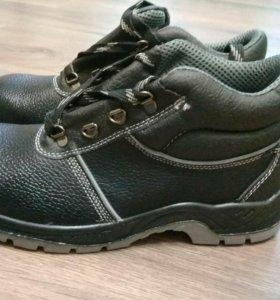 Ботинки с металическим носком.