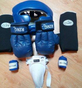 Шлем, перчатки, защита и бинты. Большой размер