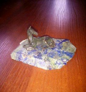 Бронзовая статуэтка лошадь на натуральном камне